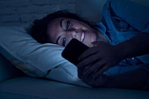 社会人の睡眠不足の原因、2位「寝ながらスマホ」3割が「1年前 ...