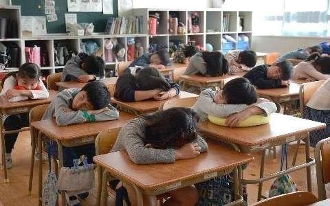 学校での「10分昼寝」は爽快?疑問? 集中力アップに効果 「強制」に批判、廃止の例も