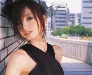 """篠田麻里子の背筋に驚きの声殺到 """"究極のカラダ作り""""が話題"""