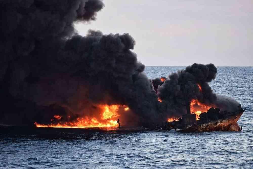 中国沖タンカー事故、深刻影響の恐れ 前代未聞の油流出量との指摘も 写真1枚 国際ニュース:AFPBB News