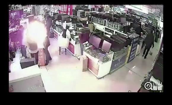中国で男性がiPhoneのバッテリーをかじり爆発 強い衝撃により発生の恐れ - ライブドアニュース