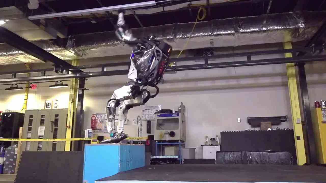 【まるで人間】2足歩行ロボット「Atlas」動きヤバすぎ バク宙に成功 - YouTube