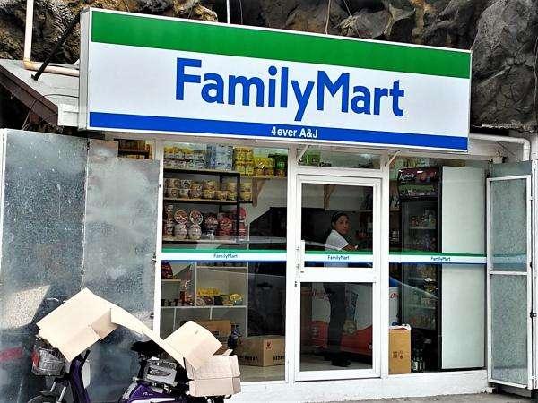 韓国人がオーナー「偽ファミリーマート」看板の完成度は高いが商品の充実度に難|ニフティニュース