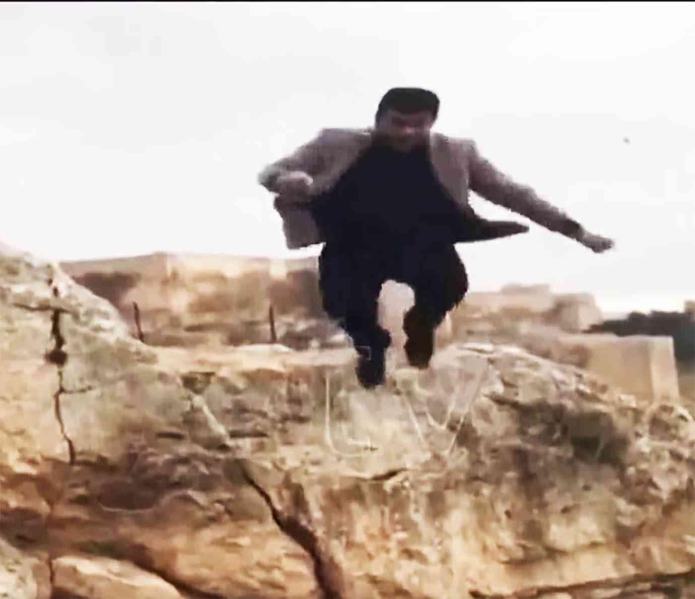 ヒーローの真似して岩からジャンプ → 着地失敗 → 崖から転落 → 死亡