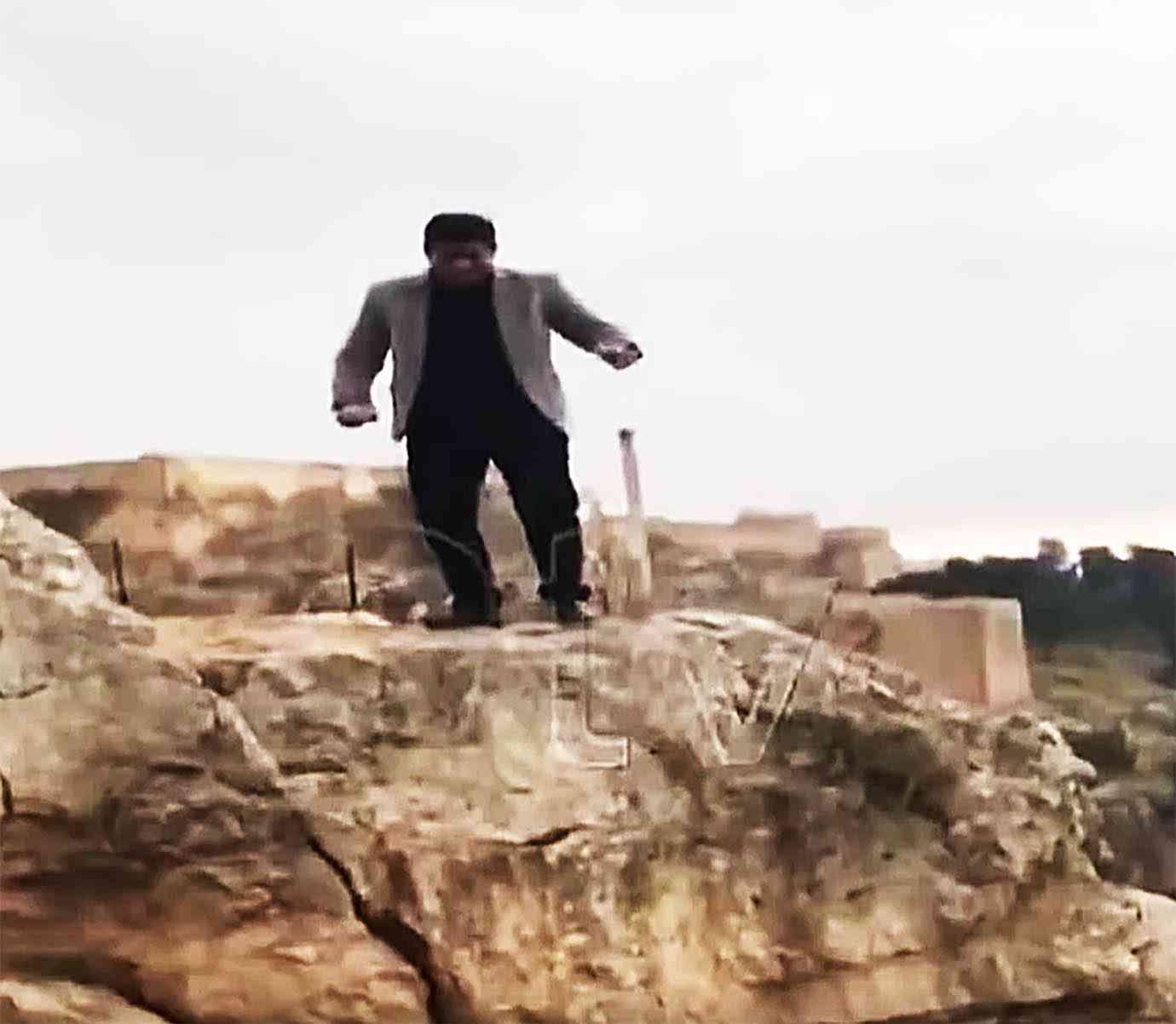 【悲報】ヒーローの真似して岩からジャンプ → 着地失敗 → 崖から転落 → 死亡 | バズプラスニュース Buzz+