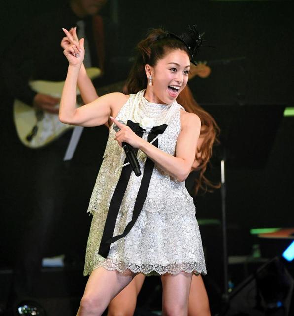 酒井法子 香港でコンサート、ファン1400人集結…ミニスカで熱唱、歓迎に涙