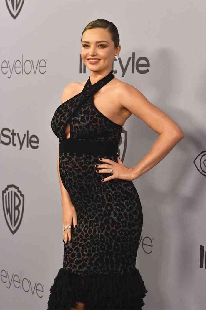 妊娠中のミランダ・カー、ふっくらお腹で