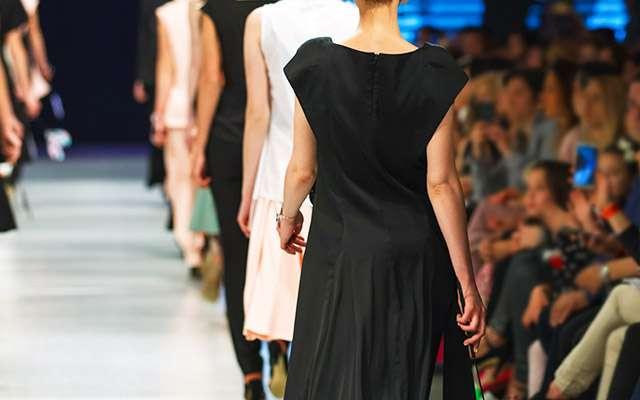 地味な服装のファッションショーにざわつく観客 理由を知り、言葉を失った  –  grape [グレイプ]