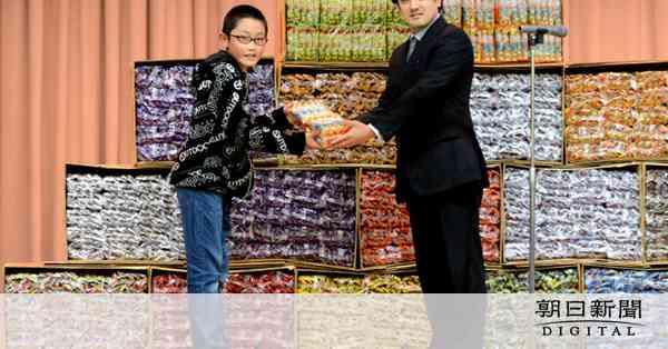 うまい棒1万本、児童に寄付 動画うまい男性 墨田区:朝日新聞デジタル
