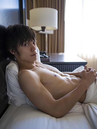 """窪田正孝、ベッドの上で""""肉体美""""披露 胸キュン至近距離カットでプライベート感溢れる姿満載"""