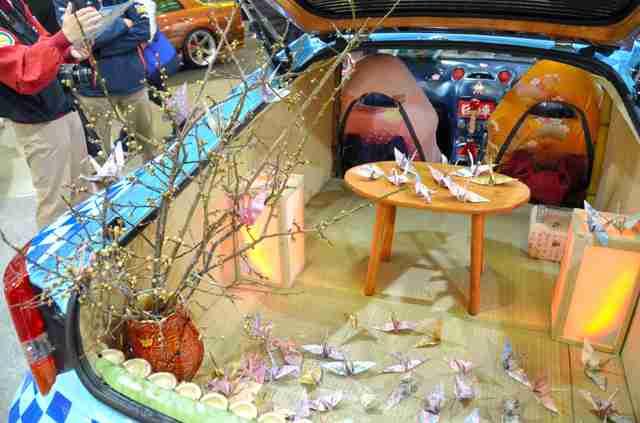 屋根にお城! ド派手な「日本車」、整備士の卵が制作 「東京五輪でも活躍してもらえたら」