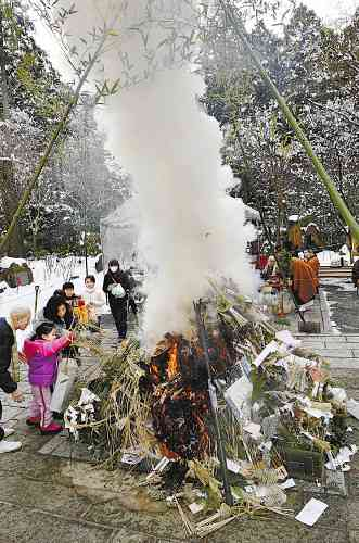 古いお札などを焼く「お焚き上げ」にごみ持ち込み 寺社が困惑