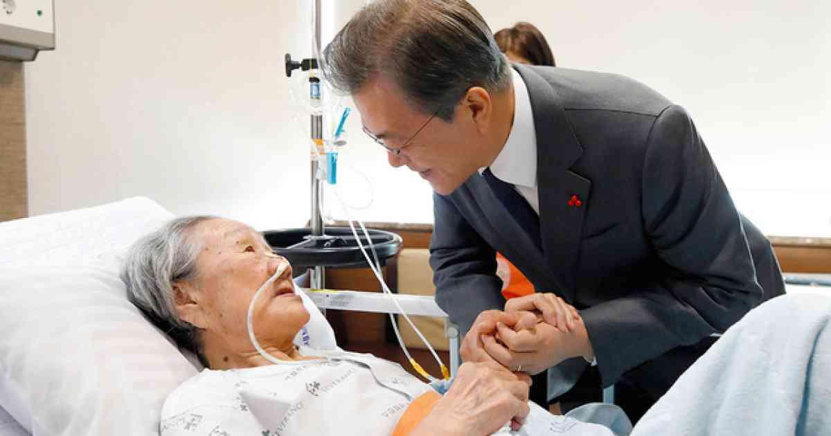 韓国・文大統領、元慰安婦に謝罪 日韓合意「真実と正義の原則に外れる」
