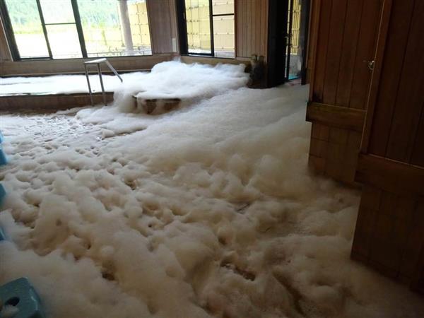 和歌山・新宮市の温泉に大量の泡 浴槽にシャンプー投入の少年2人を逮捕
