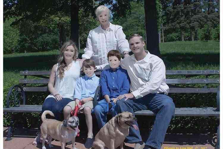 【ネタじゃないよ】カメラマンに撮ってもらった家族写真が異常な仕上がりに…なぜこうなった!?   FUNDO[ファンドゥ]