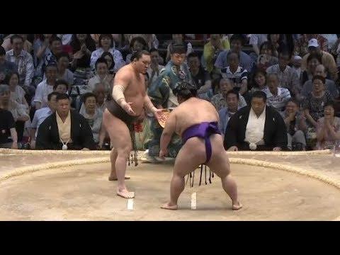 [大相撲2017名古屋4日目] まるでぶつかり稽古 白鵬 対 貴景勝 - YouTube