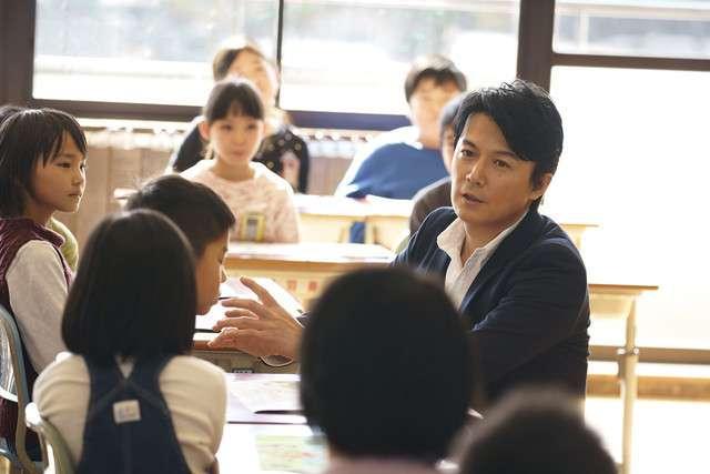 福山雅治先生が母校で特別授業、全校生徒を前に「トモエ学園」弾き語り (音楽ナタリー) - Yahoo!ニュース