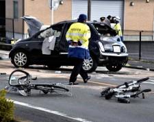 高齢男性、車で「逆走」女子高生2人はねられ重体