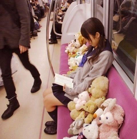 あえて電車で女性の隣に座る理由…「男は大体脚を広げて人の膝に平気で押し付けて来る」声優・中田譲治の持論に反響