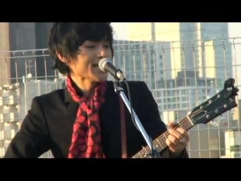 【中島卓偉(TAKUI)】LONG WAY【屋上アコースティックライブ】 - YouTube