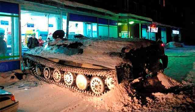 盗んだ装甲車でコンビニに突っ込みワイン盗む、ロシアで男逮捕