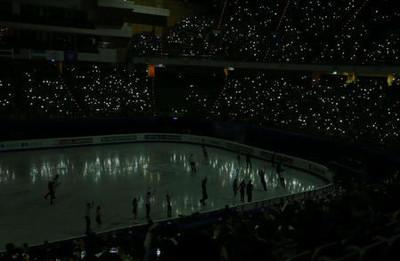 フィギュア演技中に停電 観客がスマホのライトで応援
