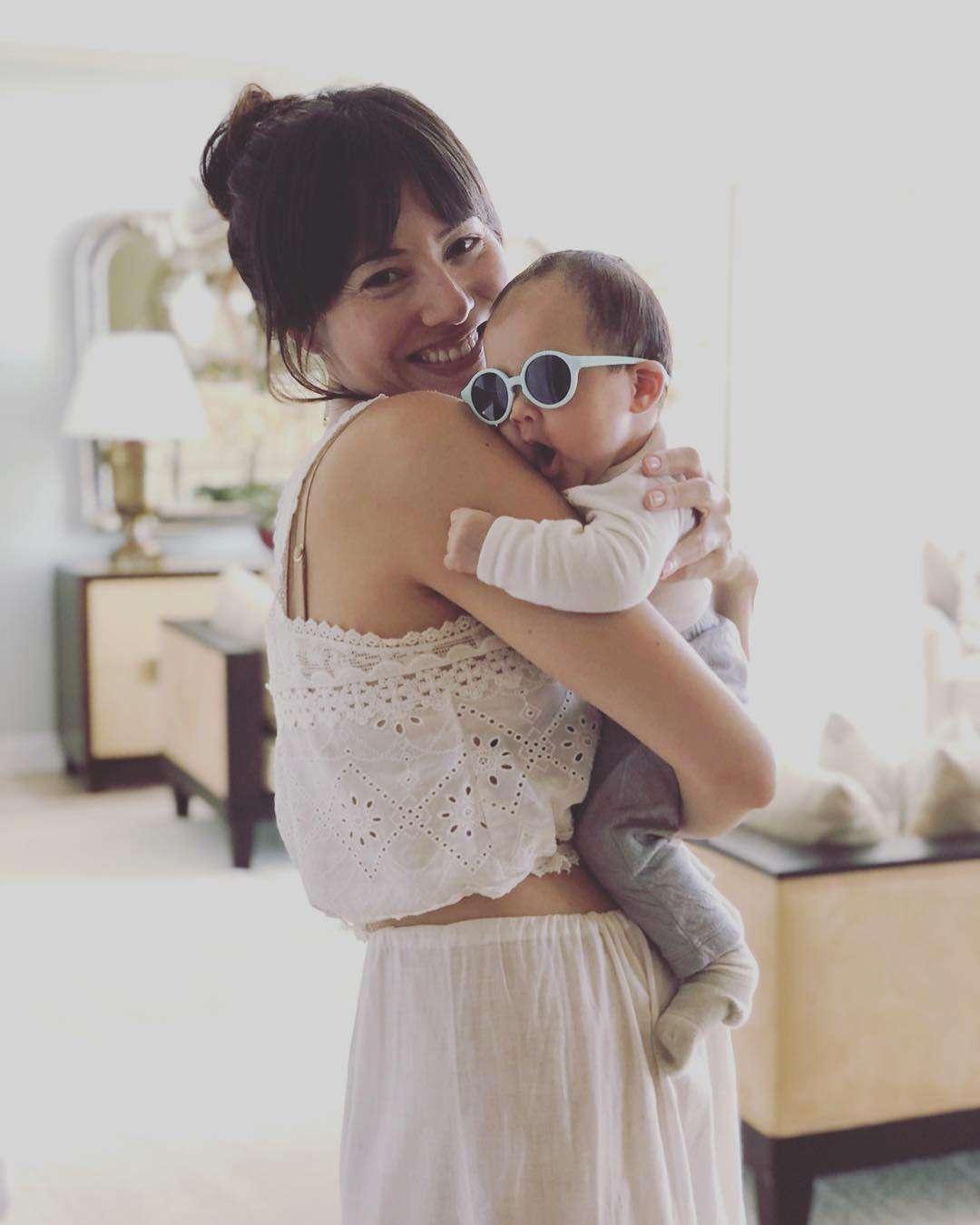 ママになってもセクシー 道端ジェシカが赤ちゃんを抱いてインスタに登場