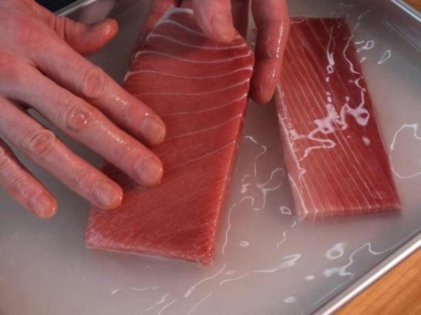 「この方法すごい…」 火や電気を使わず、たった5分で冷凍肉を解凍する裏ワザ