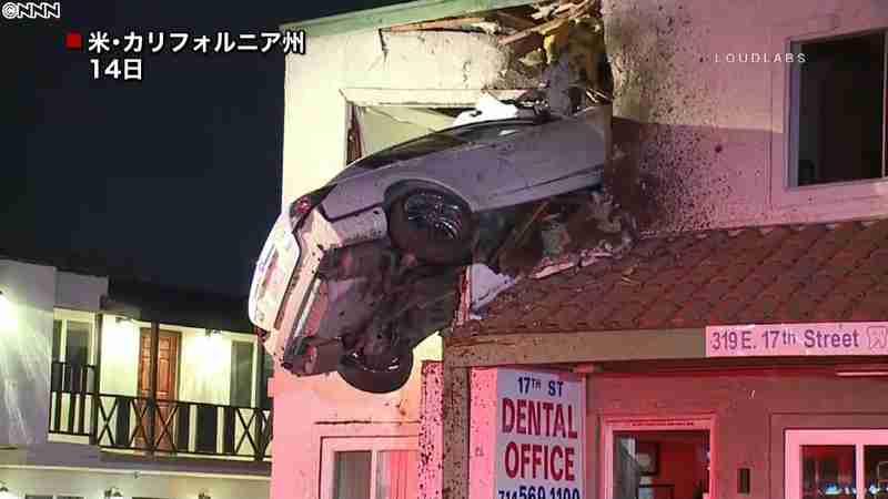 建物2階に車が突っ込む~米カリフォルニア 日テレNEWS24