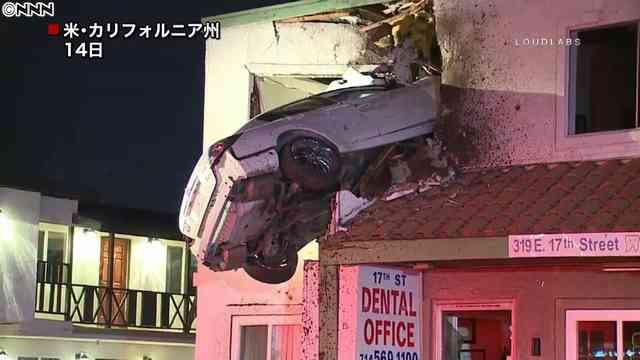 建物2階に車が突っ込む~米カリフォルニア