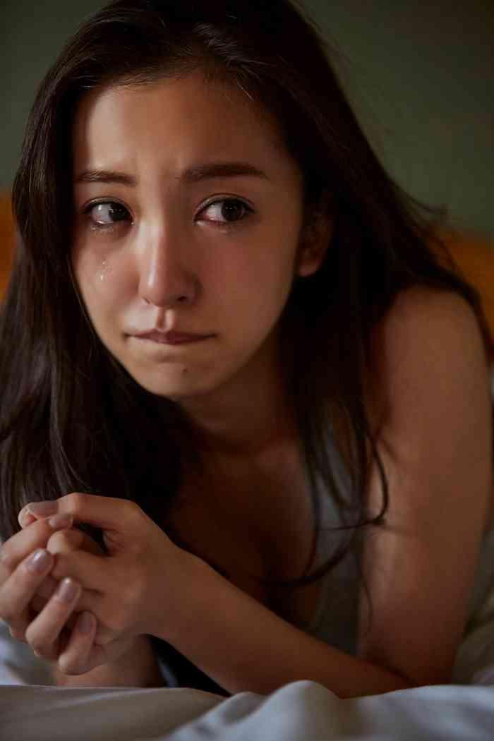 板野友美、撮影中に涙。感情入り混じる