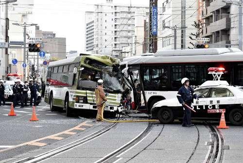 路線バス2台が衝突、バイクも追突…17人けが