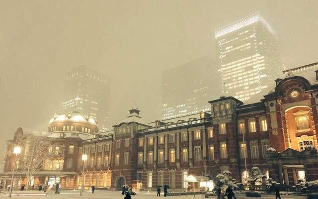 大雪の東京駅で目撃された『日本人らしい』光景が、称賛を集める  –  grape [グレイプ]