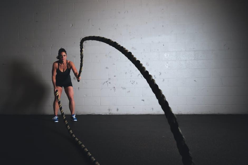 バトルロープトレーニングの効果とやり方を解説!短時間で効率よく鍛えるならこれがオススメ! | the-answers