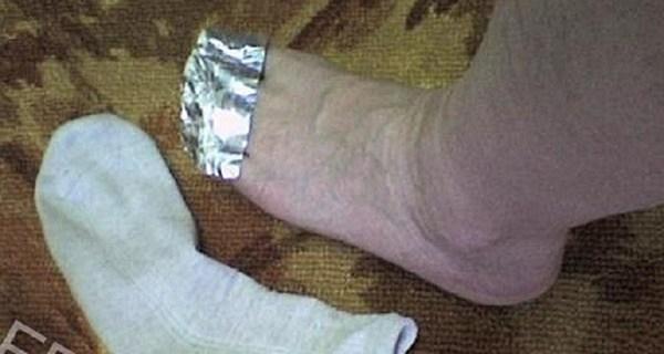 寒い季節にぴったり!「スリッパの中にアルミホイルを入れてから履くと暖かい」と話題に