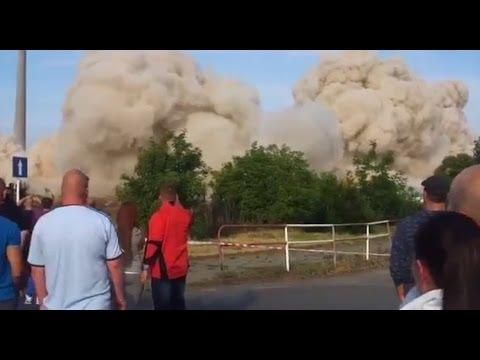 【衝撃】神回避!!爆破解体で破片が凄い速度で飛んできた瞬間 - YouTube