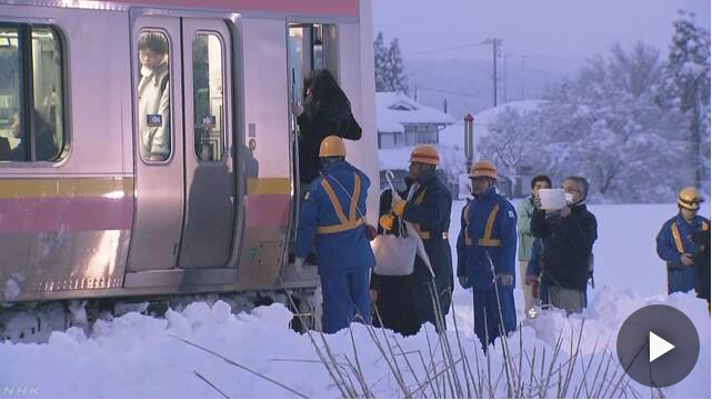 JR信越線 大雪で半日以上動けず 430人が車内に