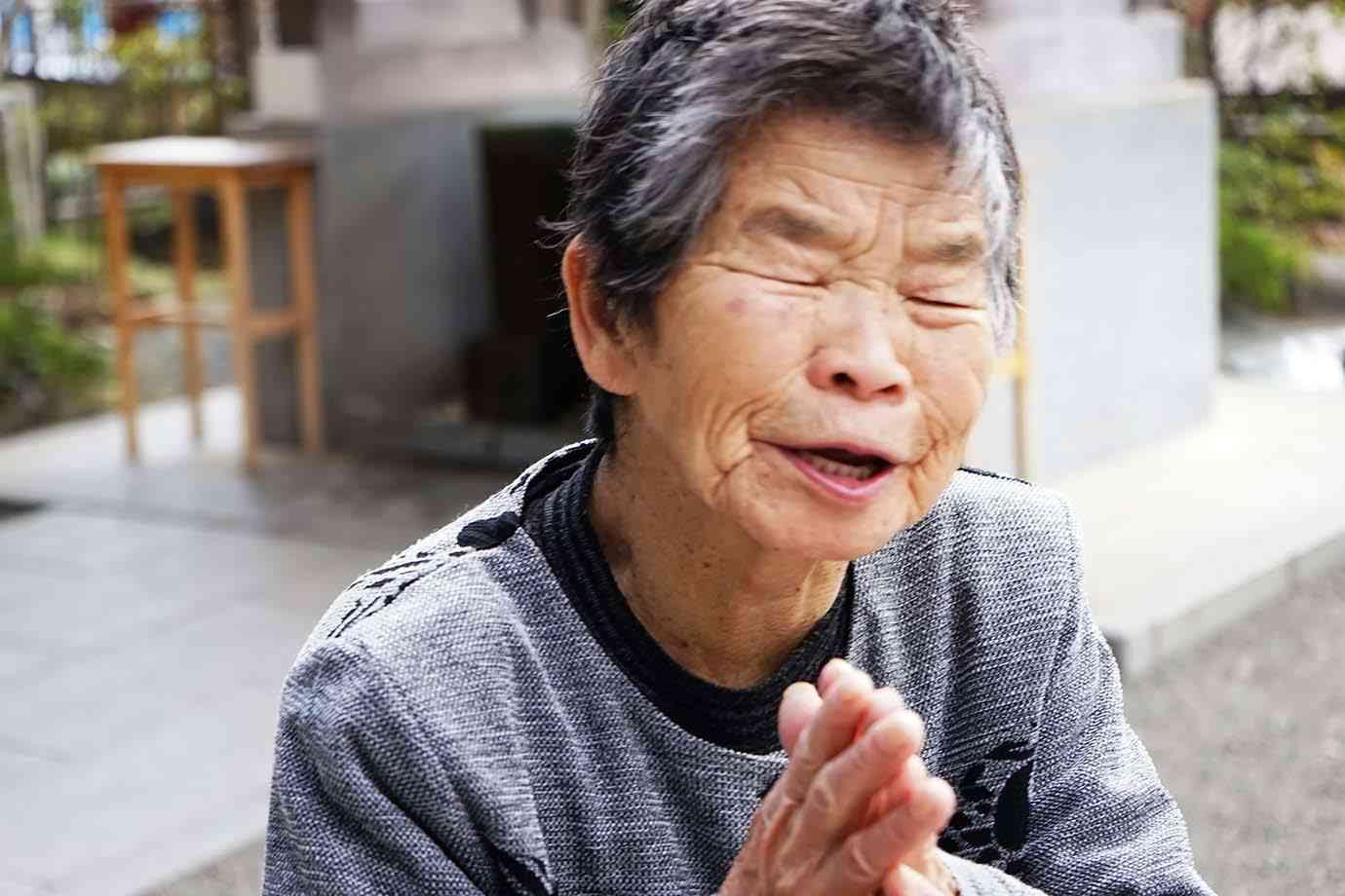 【激怒】日本ツイッター社が炎上! ネット知識ない老人をクレーム係で雇用か / 冷たい石床にひざまずいて客対応 | バズプラスニュース Buzz+