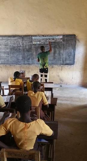 熱意!パソコン画面をチョークで手描きしてWordを教えるガーナの先生