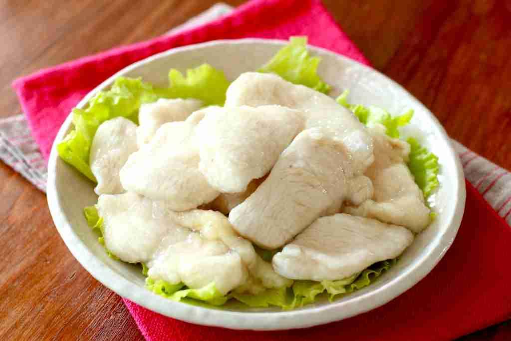 片栗粉ふって茹でて氷水にとるだけ!鶏むね肉がプルプルに化ける「水晶鶏」の作り方と簡単レシピ3選 -  ぐるなび みんなのごはん