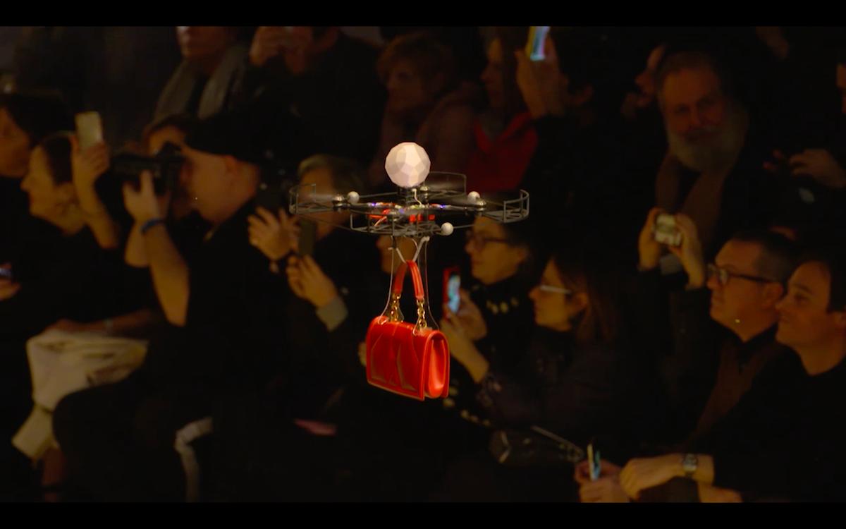 ファッションモデル失業の危機?「D&G」ショーでドローンがバッグを吊るしランウェイを舞う