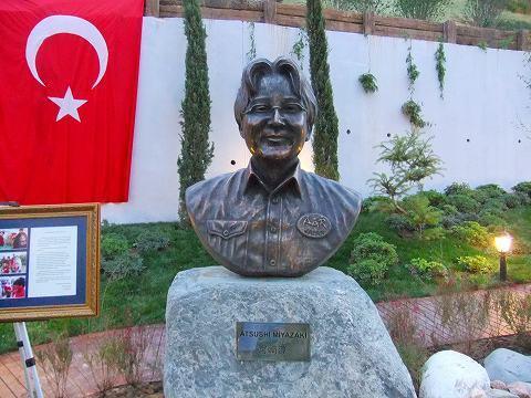 トルコで銅像になった日本人男性、大震災の際に献身的な救護活動
