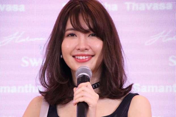 小嶋陽菜、ミニスカをめくる悩殺ショットにファン悶絶「セクシー&キュート」