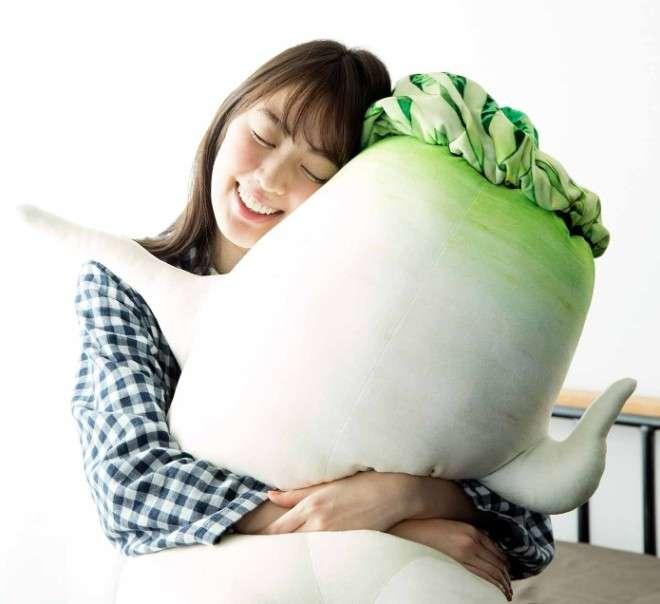 あのセクシー大根が抱き枕に! 全長115センチの大根が悩ましいポーズで腕枕を誘う|BIGLOBEニュース