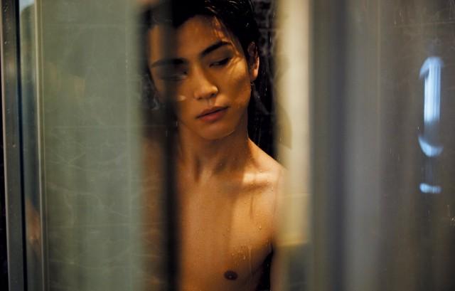岩田剛典、「anan」官能特集で肉体美披露