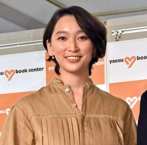 杏、第3子出産後初公の場で子育て語る「紙を持っていると破られちゃう」 | ORICON NEWS