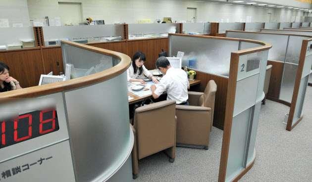 銀行が薦めるのは銀行がもうかる商品  :日本経済新聞