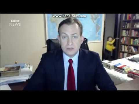 BBCニュースでインタビュー中に子供が大暴走する - YouTube