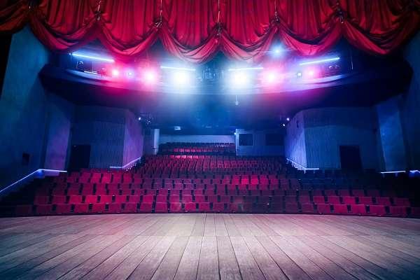 映画や舞台、誰と観に行きますか