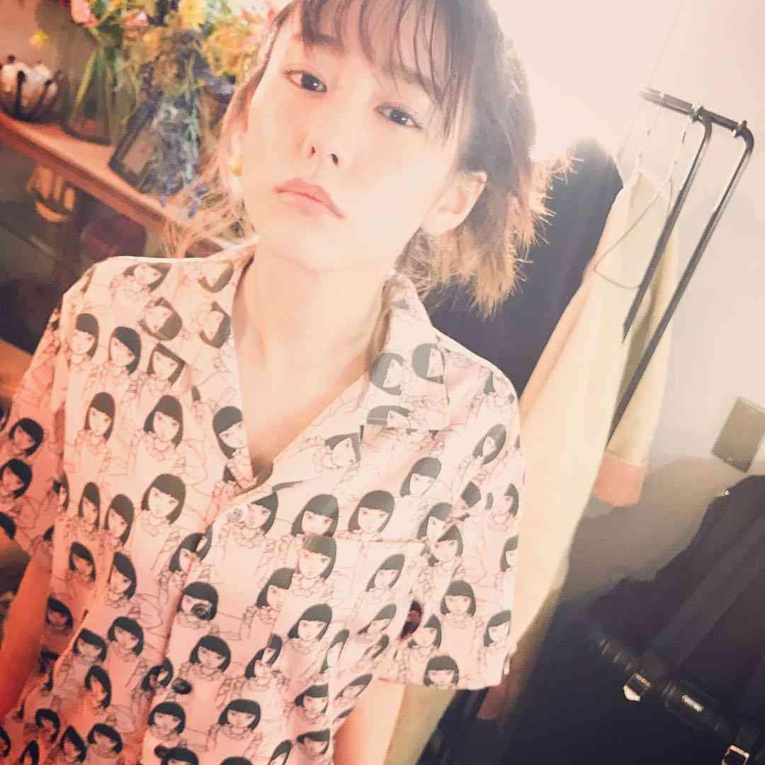 桐谷美玲が衝撃の顔柄シャツ披露 「ブルゾンちえみ?」の声相次ぐ